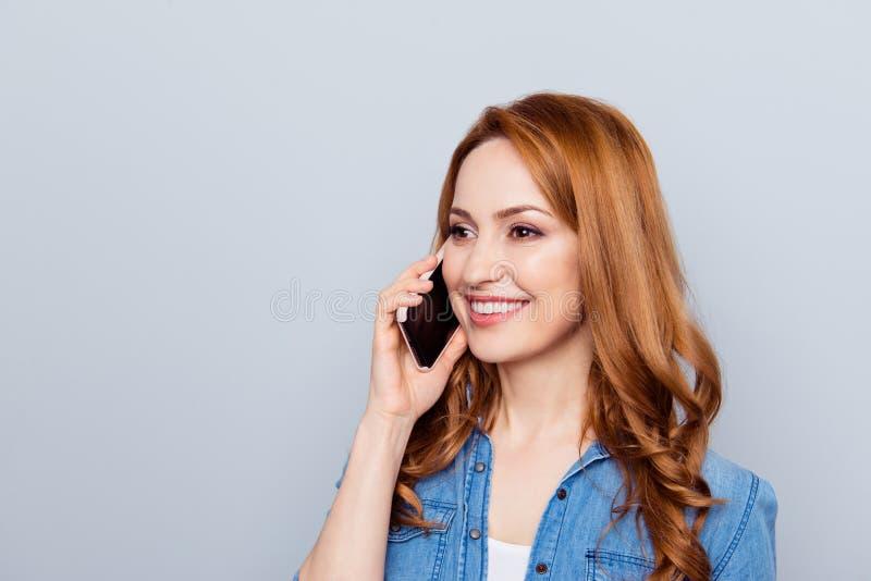 Fin vers le haut de la photo latérale de profil belle elle son téléphone rusé bouclé de main de bras de dame parler pour dir photo libre de droits