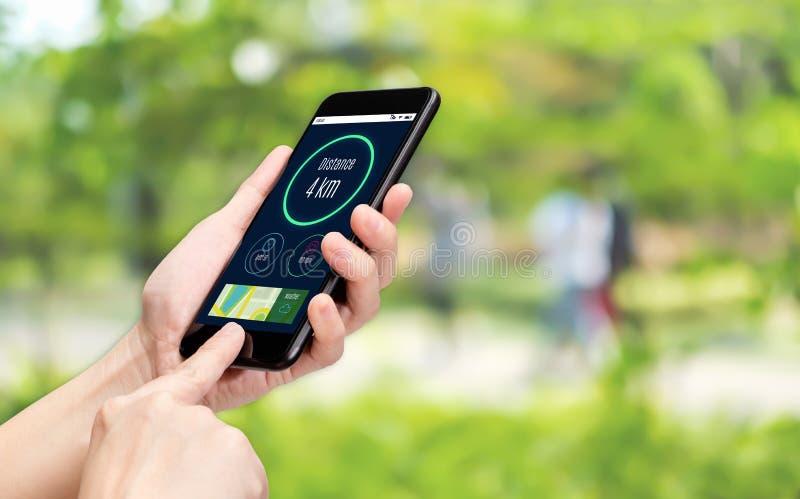 Fin vers le haut de la santé d'appli d'utilisation de main dépistant au téléphone portable avec la lumière de bokeh de fond de pa images libres de droits