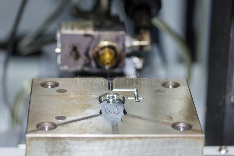 Fin vers le haut de moulage par injection en plastique pour le processus de fabrication de production en s?rie pour le travail in photo stock
