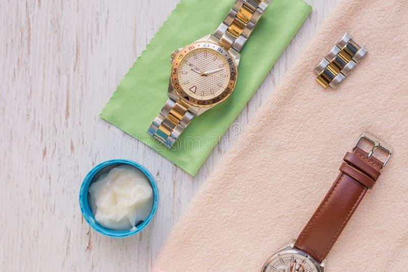 Fin vers le haut de nettoyer la montre moderne avec le tissu de microfiber image stock