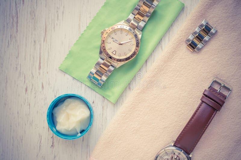 Fin vers le haut de nettoyer la montre moderne avec le tissu de microfiber images libres de droits