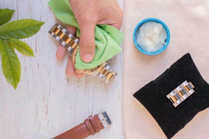 Fin vers le haut de nettoyer la montre moderne avec le tissu de microfiber photos libres de droits