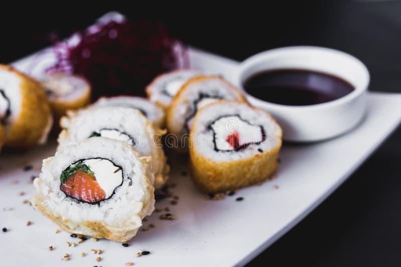 Fin vers le haut de petit pain de sushi chaud de panko avec le sauceauce de soja images stock