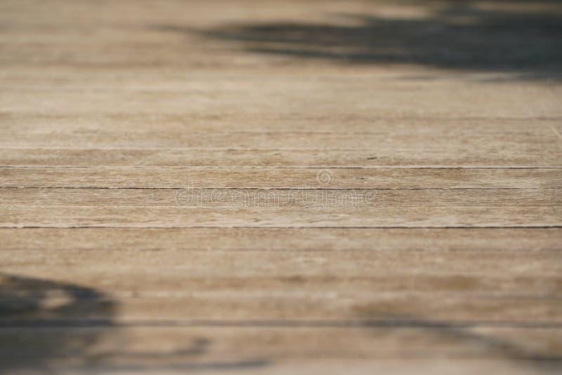 Fin vers le haut de plancher horizontal de macro plat en bois et terre pour le fond de tir de paquet de produit photographie stock