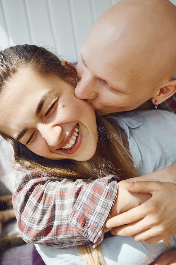 Fin vers le haut de portait de jeune temps tendre de dépense de couples ensemble à la maison, d'ami étreignant et embrassant son  photos stock