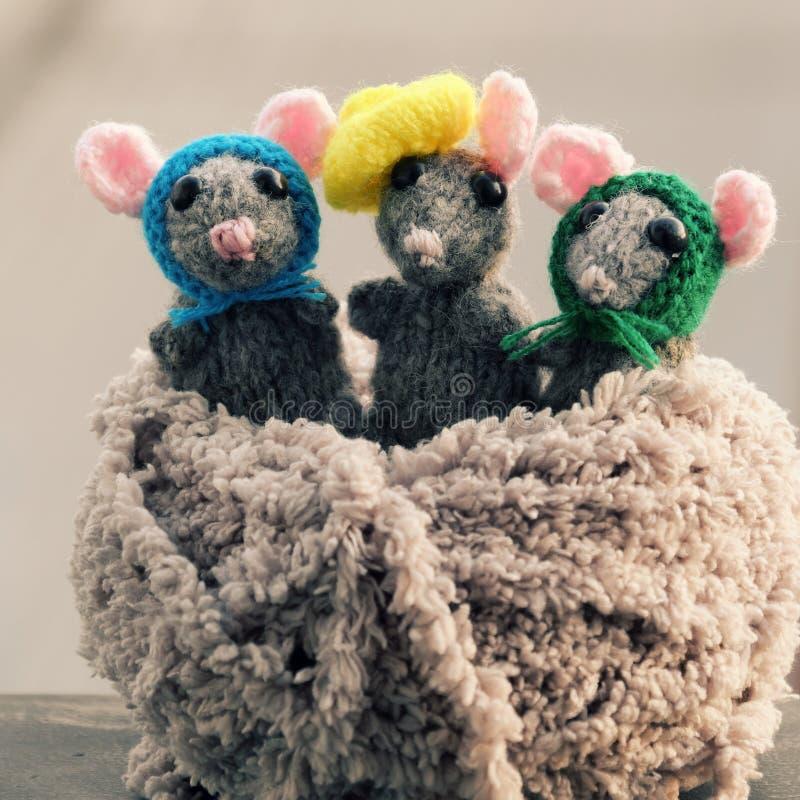 Fin vers le haut de produit fait main, souris tricotée, rats de travail manuel pour des jouets d'enfants de cadeau photos libres de droits