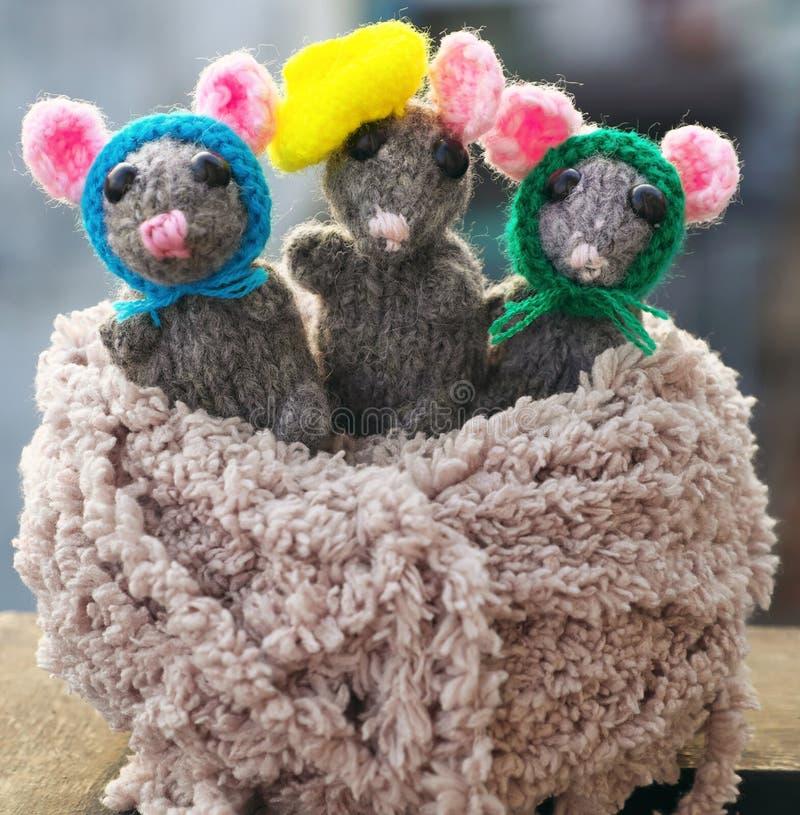 Fin vers le haut de produit fait main, souris tricotée, rats de travail manuel pour des jouets d'enfants de cadeau photo stock