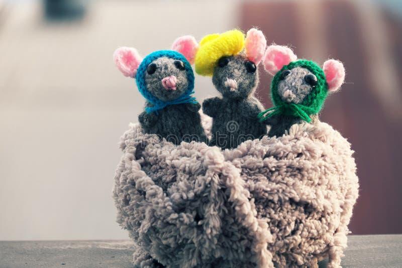 Fin vers le haut de produit fait main, souris tricotée, rats de travail manuel pour des jouets d'enfants de cadeau photographie stock libre de droits