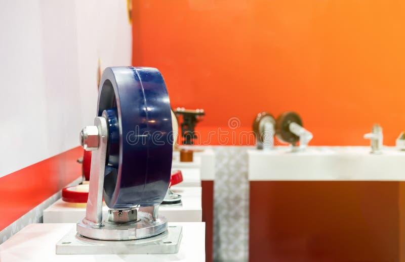 Fin vers le haut de roue bleu-foncé de roulette pour le stockage industriel sur l'étagère avec l'espace de copie photo libre de droits