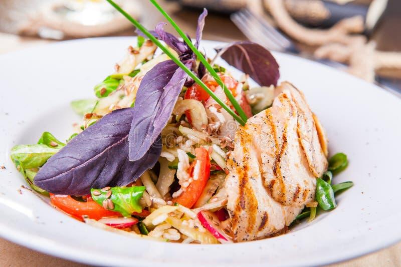 Fin vers le haut de salade de poulet rôti avec la verdure et les légumes du plat blanc Foyer sélectif, l'espace de copie photos libres de droits