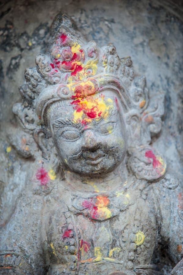 Fin vers le haut de statue bouddhiste Katmandou Népal Fermez-vous des oblations de la nourriture et des fleurs à leurs dieux sur  images libres de droits