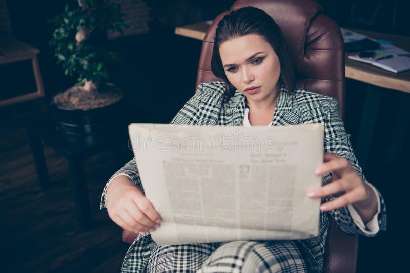 Fin vers le haut de stupéfier de photo beau elle sa dame occupée d'affaires tiennent des mains de bras que le regard de journal s photo libre de droits