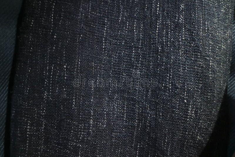 Fin vers le haut de texture de couverture ou de jet de tissu de bleu marine Taches verticales noires, grises et blanches photos stock