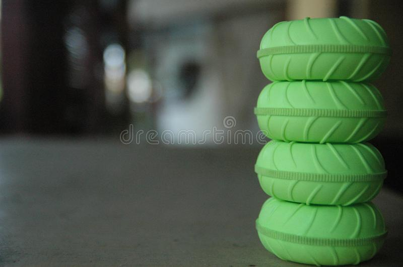 Fin vers le haut de texture verte de détail de fond de tache floue de jouets à télécommande de pneu image stock