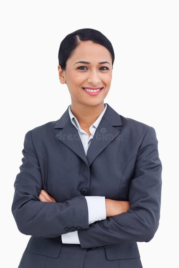 Fin vers le haut de vendeuse de sourire avec des bras pliés images libres de droits