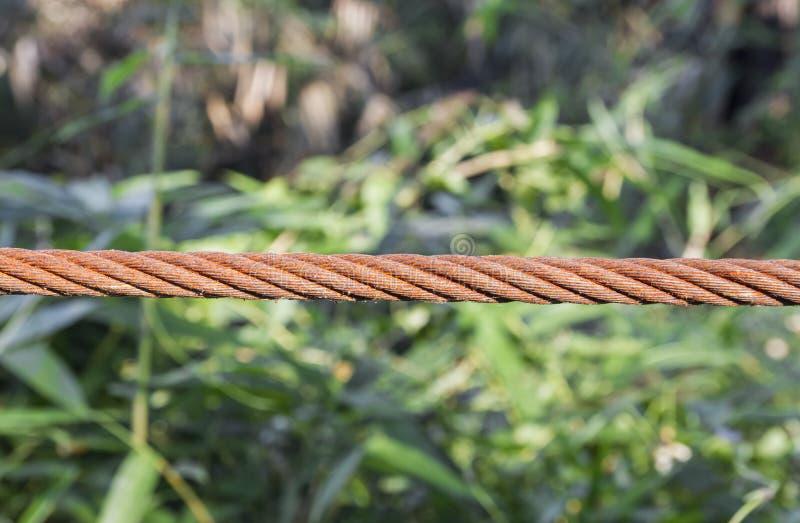 Fin vers le haut de vieille bride de câble métallique photos libres de droits