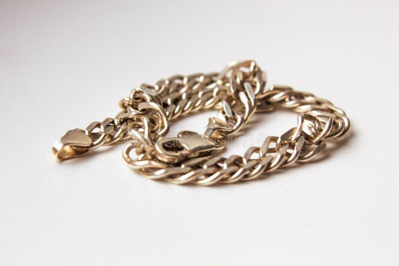 Fin vers le haut des bijoux à chaînes argentés de bijou image stock