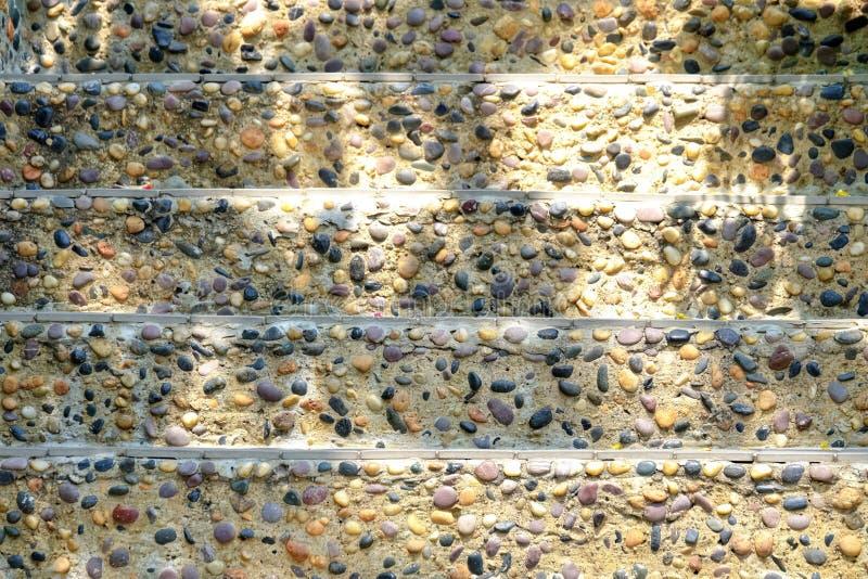 Fin vers le haut des escaliers en pierre au parc avec la lumière de jour image libre de droits