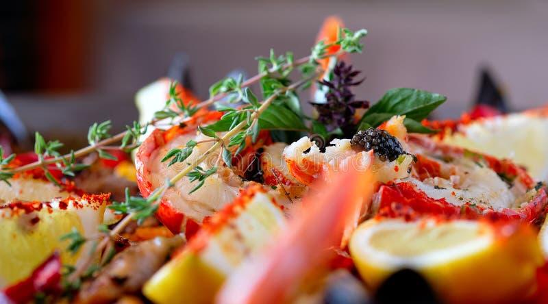 Fin vers le haut des ingrédients mûrs d'image de la Paella servie préparée cuisine traditionnelle espagnole par pays, couleurs lu images libres de droits