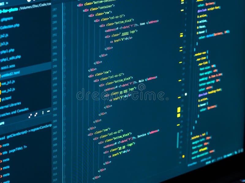 Fin vers le haut du codage sur l'écran Division du HTML et du CSS dans le r?dacteur de code D?veloppement web photos stock