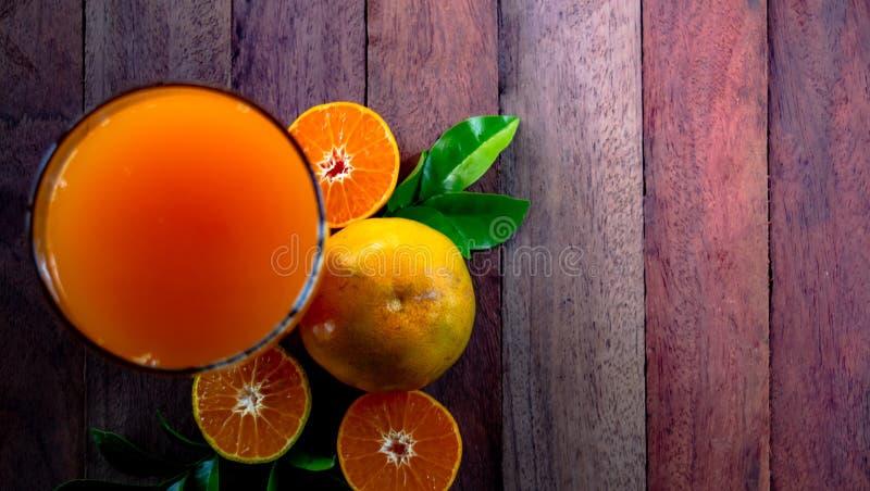 Fin vers le haut du fruit organique, jus d'orange de miel sur la table en bois avec le beau fond de lumière du soleil dans le jar photos libres de droits