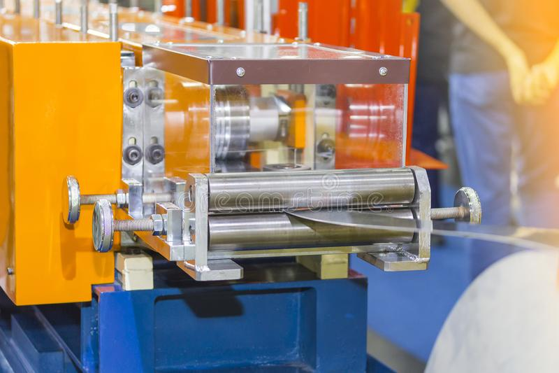 Fin vers le haut du petit pain de feuillard formant la machine à l'usine pour industriel photos stock