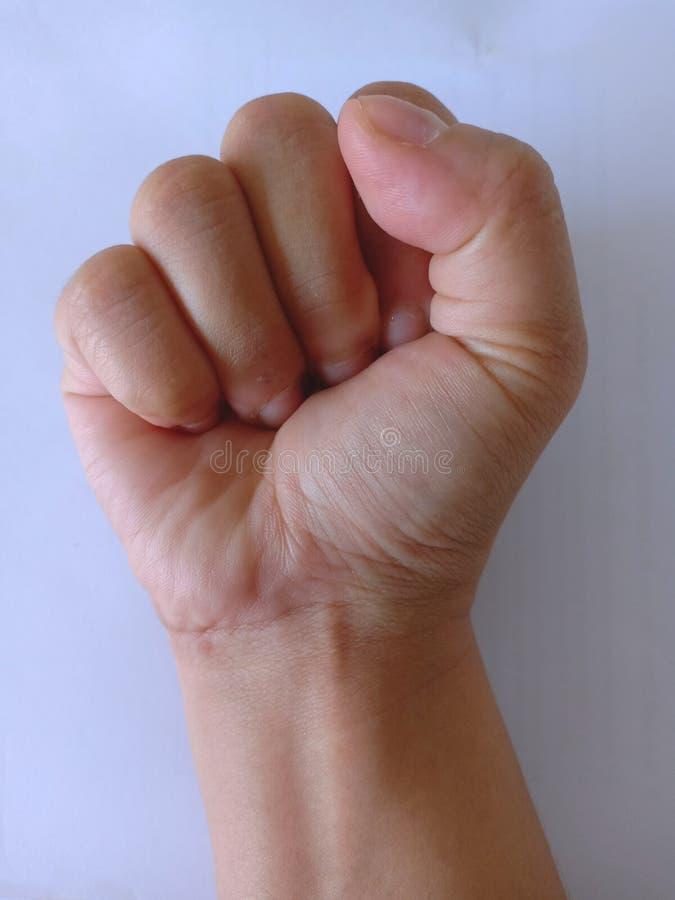 Fin vers le haut du woman& x27 ; main droite de s avec l'image cleanched de poing photos stock