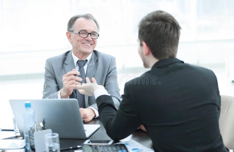 Fin vers le haut gens d'affaires parlant à un bureau photographie stock