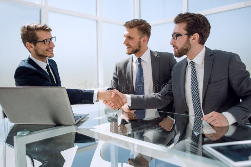 Fin vers le haut Gens d'affaires se serrant la main dans le bureau photos libres de droits