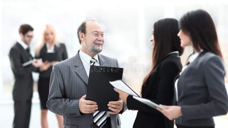 Fin vers le haut groupe de gens d'affaires se tenant dans le lobby du bureau images stock