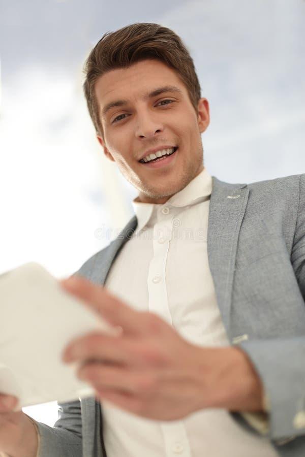 Fin vers le haut Homme d'affaires de sourire With Digital Tablet images stock