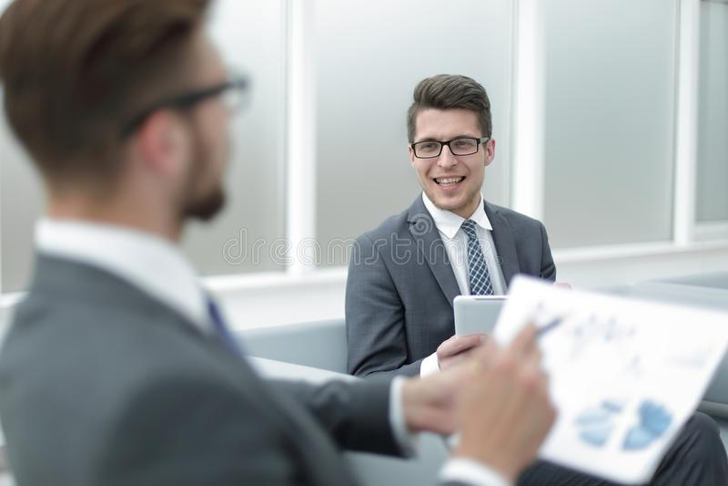 Fin vers le haut homme d'affaires discutant le résultat financier images stock