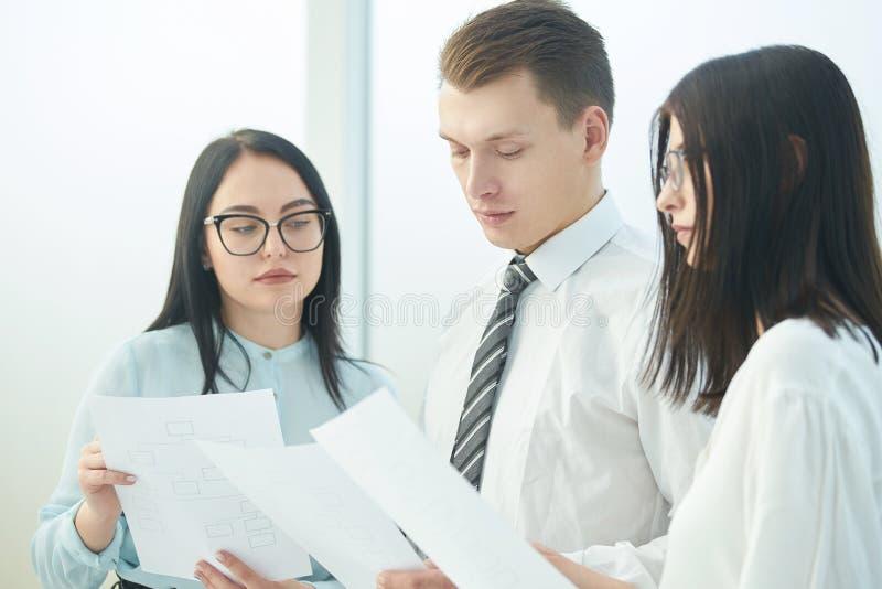 Fin vers le haut Homme d'affaires et femme d'affaires discutant des documents d'entreprise photo libre de droits