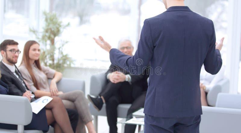 Fin vers le haut homme d'affaires faisant une pr?sentation lors du s?minaire photo libre de droits