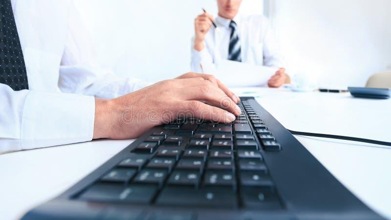Fin vers le haut homme d'affaires moderne dactylographiant sur un ordinateur portable photos libres de droits