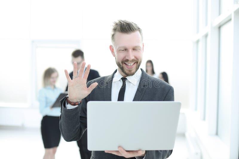 Fin vers le haut homme d'affaires moderne regardant l'écran d'ordinateur portable photographie stock