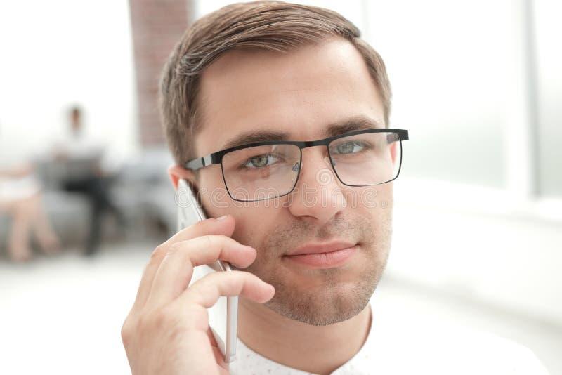 Fin vers le haut Homme d'affaires réussi parlant sur le téléphone portable photo stock