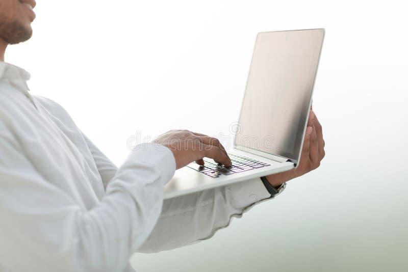 Fin vers le haut Homme d'affaires regardant l'?cran d'ordinateur portable images libres de droits