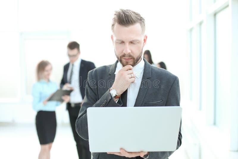 Fin vers le haut homme d'affaires sérieux regardant l'écran d'ordinateur portable images stock