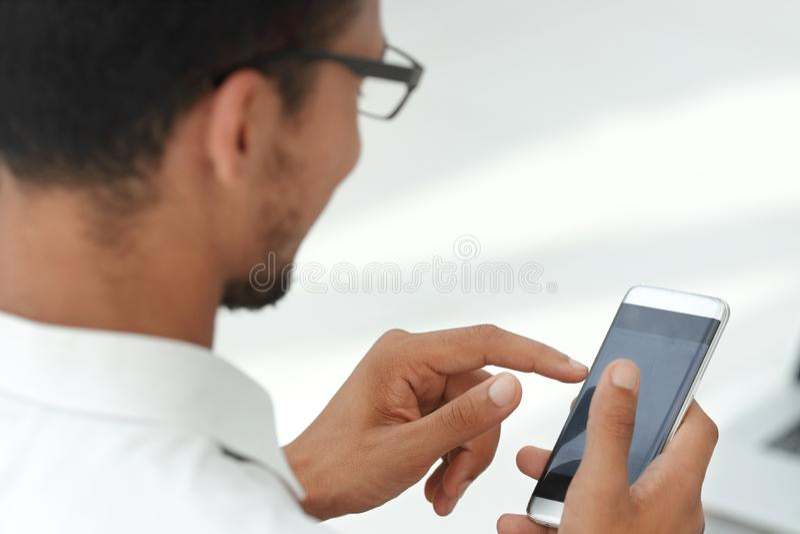 Fin vers le haut hommes d'affaires utilisant un smartphone moderne image stock