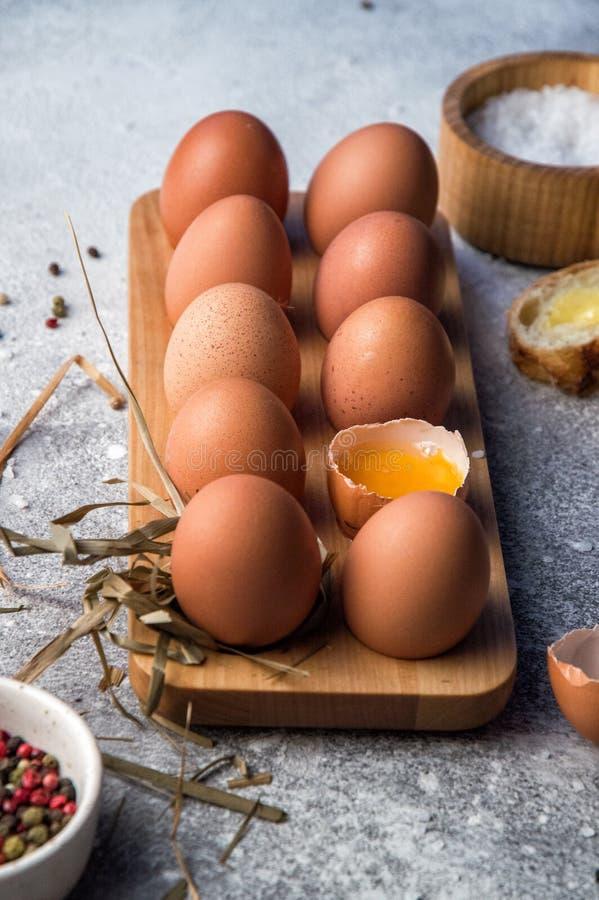 Fin vers le haut Ingrédients traditionnels pour des oeufs de ferme du petit déjeuner A douzaine dans un plateau en bois photos libres de droits