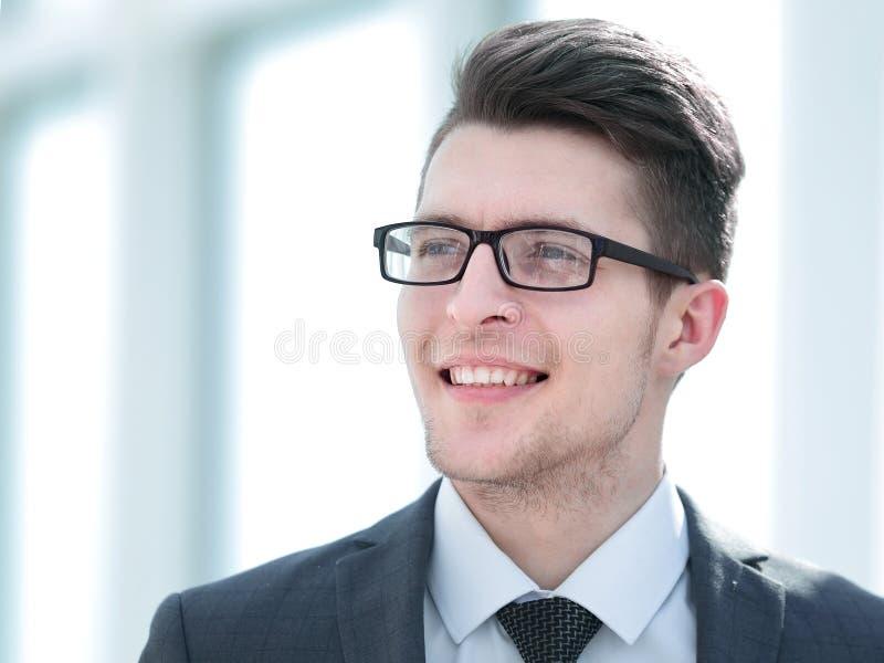 Fin vers le haut Jeune entrepreneur de sourire photographie stock libre de droits
