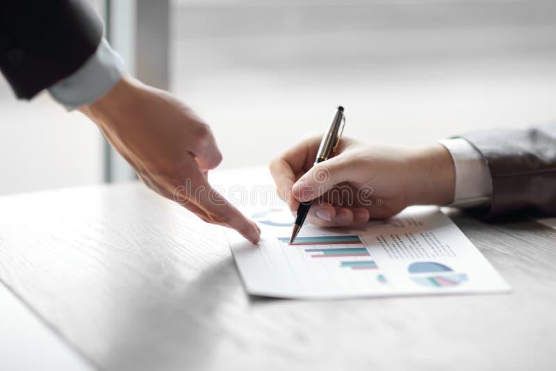 Fin vers le haut l'homme d'affaires vérifie les données financières photographie stock libre de droits
