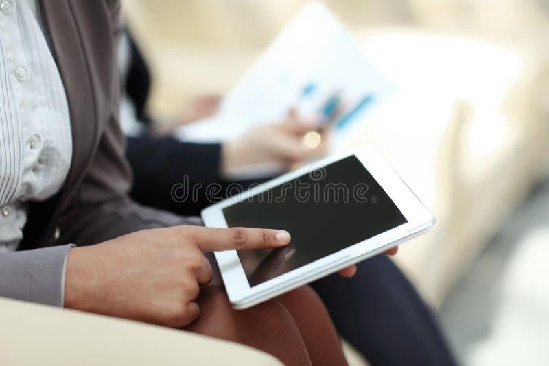 Fin vers le haut la femme d'affaires presse l'écran numérique de comprimé photo stock