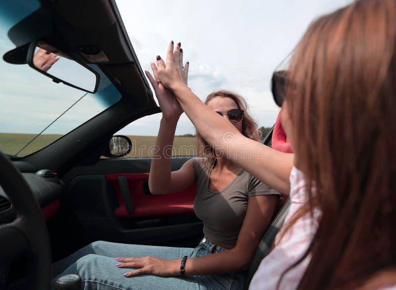 Fin vers le haut les bons amis voyagent en voiture photo stock