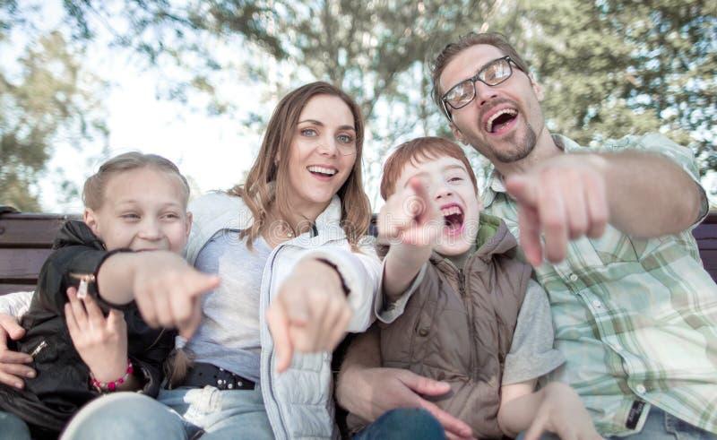 Fin vers le haut parents avec deux enfants se dirigeant à vous image stock