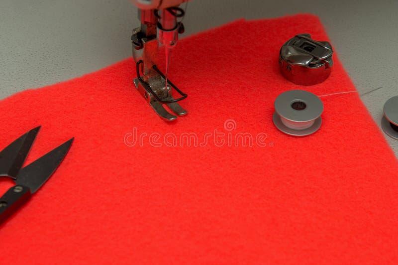 Fin vers le haut Pied de machine à coudre, bobines, ciseaux Coral Background Copiez l'espace photos libres de droits
