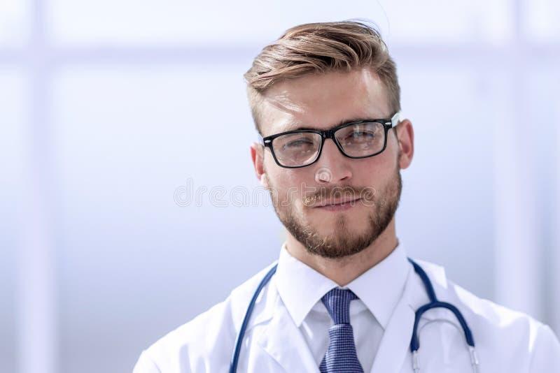 Fin vers le haut portrait d'un beau docteur supérieur images stock
