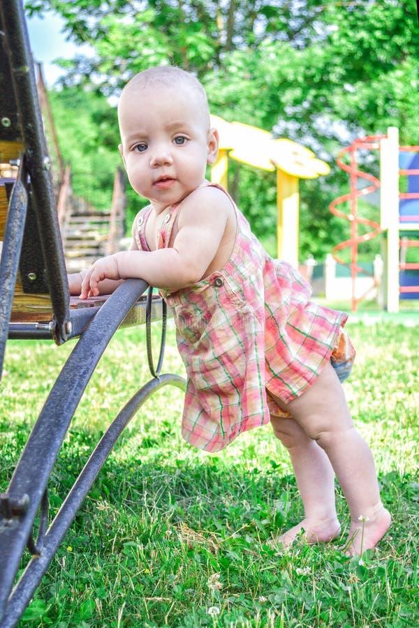 Petite fille timide, 3 ans, fille, jouant dans le jardin