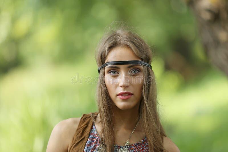 Fin vers le haut portrait d'une jeune femme hippie photographie stock